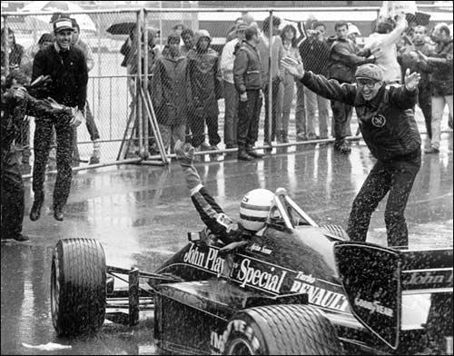 Питер Уорр  приветствует первую в карьере победу Айртона Сенны на Гран При  Португалии 1985 года